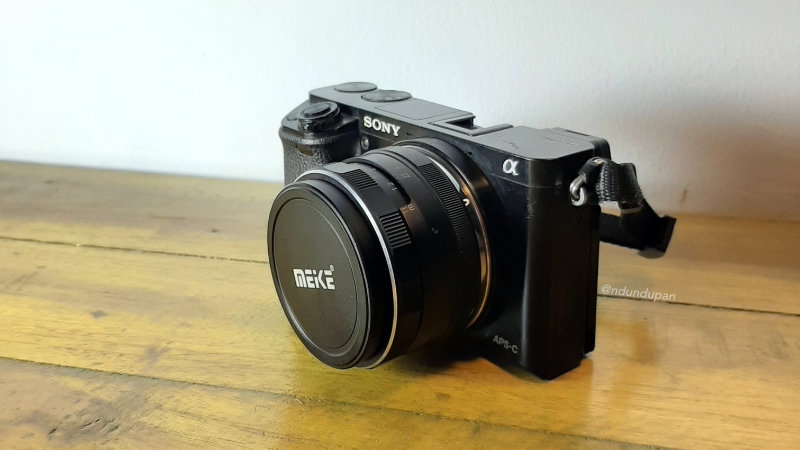 Sony A6000 dengan lensa Manual Meike